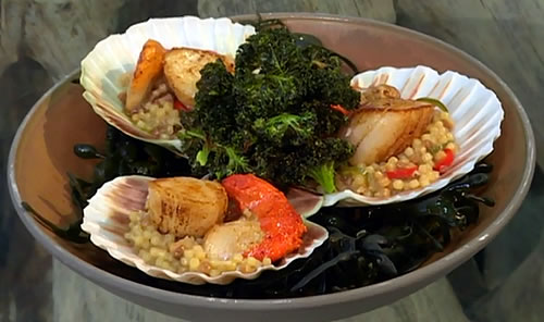 Spicy fregola with scallops and crispy kale