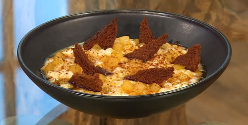 Rice pudding with caramelised pears and gingerbread crisps