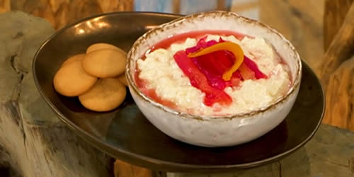 Rhubarb and orange rice pudding with gingerbread biscuits